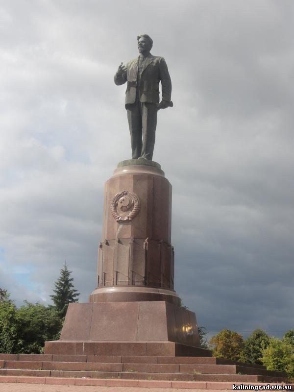 Памятник с крестом Калининград Ваза. Лезниковский гранит Задонск